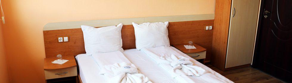 Цена: 70,00 лв. на вечер Стандартна двойна стая със спалня, без тераса.